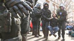 Полицията е използвала водни оръдия, за да разпръсне протестиращите