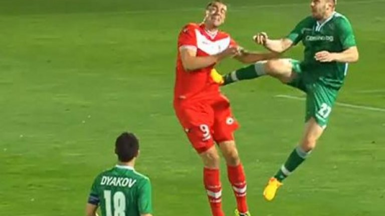 Козмин Моци  Понякога един забележителен ритник е достатъчен, за да те запомнят като грубиян. Особено ако е необичайно подъл и твърде ненужен в съответната ситуация. За човека-трибуна и защитника-вратар може би ще се пишат оди след години, но освен с дузпите срещу Стяуа, ще остане в историята на българския футбол и с онзи карате прийом. А той далеч не е единственото му влизане, с което е достоен да попадне в тази компания.