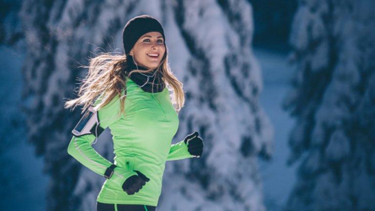 2. Покрийте добре крайниците Шапката и ръкавиците са задължителни през зимата. Но не взимайте прекалено дебели, за да може да ги приберете в джоба, ако случайно ви стане прекалено топло. Изберете вълнени чорапи за бягане за краката.
