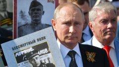 В последните години ТВ-пропагандата представя Втората световна война не просто като съпротива срещу Нацистка Германия, а като битка срещу Запада. Руското общество пази все по-слаби спомени за ролята на съюзническите войски. Ритуалното честване на Деня на победата на 9 май става все по-помпозно и тържествено от година на година.  Никой не може да оспори заслугите на Червената армия и огромната саможертва на съветския народ. Но митологизирането на тази история вече започва да се отклонява към прослава на Йосиф Сталин.