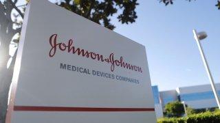 Съдебни заседатели в Пенсилвания решиха, че Johnson and Johnson трябва да плати 8 милиарда долара обезщетение на Никълъс Мъри - мъж, който твърди, че медикамент на компанията е довел до това да му пораснат гърди.
