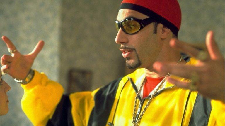 Ali G  Предна позиция заслужава и първият популярен образ на комика. Ali G знае малко за много теми и не се страхува да пита, колкото и глупави да са въпросите му според гостите. След дебюта си в британското шоу The 11 O'Clock Show той се сдобива със собствено такова - Da Ali G Show, а впоследствие и игрален филм - Ali G Indahouse (2002 г.) - една доста по-традиционно филмова продукция в сравнение с бъдещите по-импровизирани и рискови проекти на актьора.