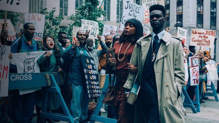 """""""Когато ни видят"""" (When They See Us) Четирите части на тази продукция са базирани на истински случай от 19 април 1989 г. 28-годишна жена е изнасилена в Сентръл Парк в Ню Йорк, а сериалът ни показва животите на петимата заподозрени за ужасното престъпление - всичките непълнолетни, всичките тъмнокожи или латиноси. В центъра е темата за това как подобно обвинение променя живота на едни младежи, как понякога въпреки липсата на доказателства обвинение може да има, а може да се измъкне и признание. История за грешките на съдебната система и  несправедливостта по света. When They See Us можете да гледате в Netflix."""