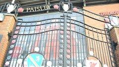 """""""Портата на Пейсли"""" води към трибуната """"Коп"""" на стария славен стадион. Зад нея историята и традициите се смесват с неизбежните туристи, фотоапарати, бизнес и модерен футбол."""