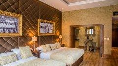Снимки, които никога не са публикувани, бяха дарени безвъзмездно на хотела от наследниците на Шенкли. Апартаментите са украсени и с бюст на великия треньор, както и с негови фрази, изписани по таваните над спалните.