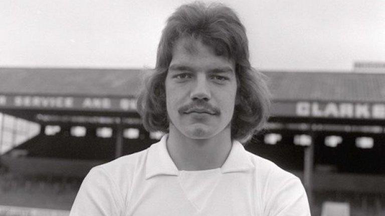 През 1971-а Сам облече екипа на Болтън и прекара 9 години в тима преди отново да се завърне през 1985-а.