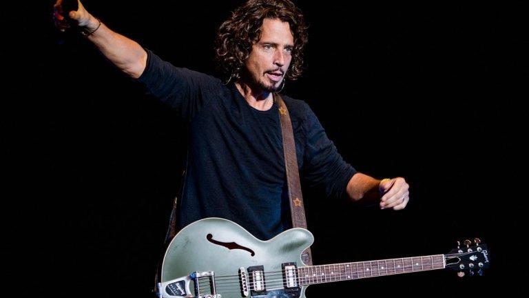 """Chris Cornell - You Know My Name (""""Джеймс Бонд: Казино Роял"""") Друг """"Бонд"""" претендент, покойният вече Крис Корнел прави страхотна и запомняща се песен. Да, тя може и да не е сред най-култовите, когато става въпрос за шпионската поредица, но проявяваме малко пристрастност заради Корнел."""