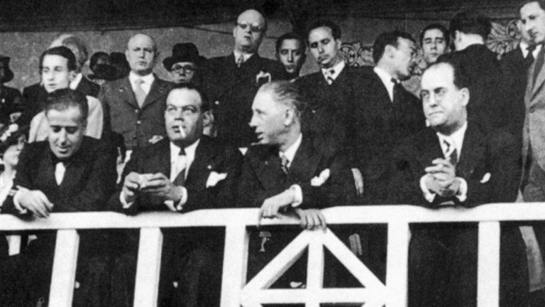 Гражданската война и футболът  Няма и месец след началото на гражданската война в Испания президентът на Барса Джосеп Суньол (на снимката в центъра вляво) загива трагично. На прибиране от Валенсия на 6 август 1936 г. той е убит от войските на Франко. В този тежък момент клубът се оказва без президент, и то в разгара на война.   Същия сезон футболна Испания се разцепва на няколко регионални лиги. Едната е под контрола на Франко и включва Севиля, Бетис, баскийските Реал Сосиедад и Атлетик (Билбао), Селта и Депортиво (Ла Коруня). От своя страна Футболната федерация на Каталуния организира турнир с участието на шест отбора от областта, плюс още четири от съседната Валенсиана. По-късно е създадена Средиземноморската лига от осем отбора. От тях титлата печели Барселона, с точка повече от съгражданите си от Еспаньол. Този турнир просъществува само няколко месеца, за да бъде заменен от Лига Каталана. В нейния единствен сезон през 1937-38 отново победител е Барселона.   В този период отборът пътува и на знаково турне зад океана. В САЩ и Мексико футболистите на каталунския клуб са приети като посланици на свободата и независимостта. За всички отборът вече е символ на републиканската кауза.