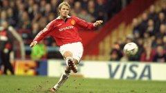 Бекъм в типичен момент при един от неповторимите си фалцови удари, които придобиха световна слава в годините му в Юнайтед.