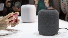 HomePod  Siri вече си има самостоятелен дом - подобно на Echo за Alexa или Google Home за Assistant. HomePod е новият смарт-колона на Apple. Устройството e с размер от 7 инча, има 7 високоговорителя и работи с процесор A8. HomePod преработва звука по такъв начин, че да изпълва помещението, в което се намирате. Обръчът от шест микрофона, които са поставени в средата на устройството, позволяват на Siri да ви чуе отдалеч.