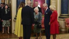 """93-годишната Елизабет II поглежда встрани, преди да забележи, че дъщеря й стои на фон, близо до вратата. Кралицата й казва нещо, което не може да се чуе, преди принцесата да повдигне рамене и да отговори: """"Само аз съм"""" и да добави: """"и тази компания"""", при което групата около кралицата започва да се смее."""