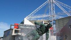 Това е паметникът, който краси входа на Музея на британския футбол в Престън. На него Том Фини влиза смело във водата за топката...