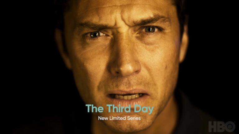 """The Third Day  Историята в този сериал е разказана в две ясно изразени половини. В първата - """"Лято"""" - Джъд Лоу играе мъж, изплувал на брега на мистериозен остров до бреговете на Великобритания. Там той ще се срещне със странните местни, които се стараят да запазят собствените си традиции и обичаи на всяка цена. Във втората - """"Зима"""" - Наоми Харис - волева жена и аутсайдер - отива на острова в търсене на отговори, само за да се изправи пред ужасяваща битка за собственото си оцеляване."""
