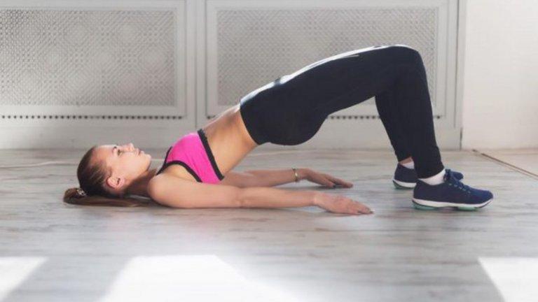 5. Глутеус мост Глутеус мостъте ефективно упражнение за оформяне наседалището. Начин на изпълнение: Легнете по гръб на постелка, свийте крака и пренесете цялата тежест на петите. Може да повдигнете леко пръстите. Позицията на стъпалата не се променя през цялото изпълнение. Повдигнете таза си колкото може по-високо, като балансирате с опънати върху постелката ръце или с ръце на главата (без да упражнявате натиск). Когато достигнете връхна точка, задръжте за една секунда и започнете да спускате таза бавно и контролирано.