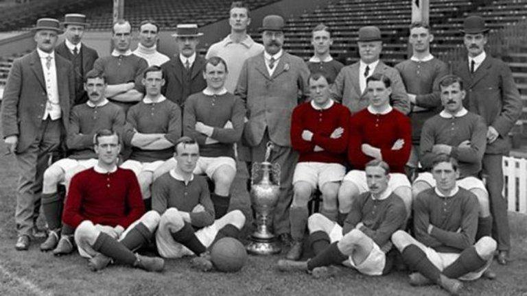 Юнайтед от 1911-а. На най-долния ред в червено е Артър Уоли. Санди Търнбул и Инок Уест са вдясно от купата на втория ред.