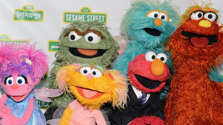 """Sesame Street / """"Улица Сезам""""  След повече от 4500 епизода това е може би най-обичаното детско предаване изобщо. Едва ли има човек, който да не е израснал с Елмо, Оскар от кофата за боклук, Голямото Пиле или Бисквитеното чудовище."""