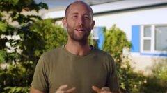 За всичките си предизвикателства и успехи Роб разказва в канала си в YouTube и на своя сайт. Идеята му? Да докаже, че можем да живеем без да потребяваме много и да сме по-щастливи и отговорни към околните и природата.