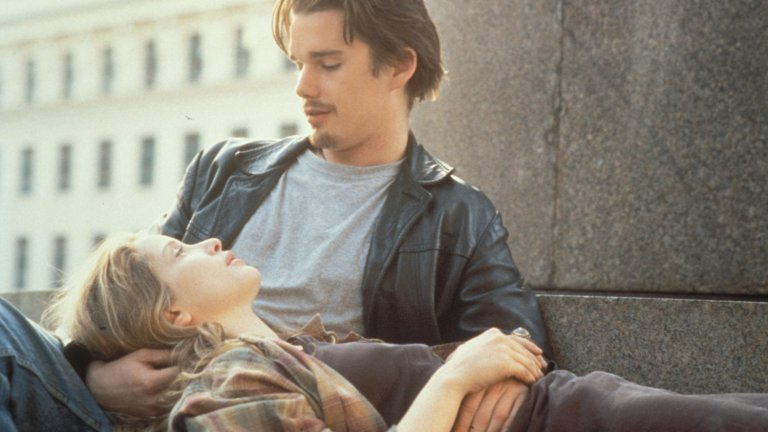"""""""Преди изгрев"""" Романтичните филми не са точно абонирани за наградите на Академията, но това не е много справедливо. Има романтични ленти, в които никой не умира и които въпреки това са впечатляващи произведения на филмовото изкуство. """"Преди изгрев"""" е сред тези екземпляри. Джули Делпи и Итън Хоук, които се влюбват в нощна Виена, са част от истинска история на режисьора Линклейтър, който някога се среща с млада дама на име Ейми Лерхаупт в магазин за играчки. Тя се е отбила във Филаделфия при сестра си за малко и двамата с Линклейтър прекарват нощта в разходка и поглъщащ разговор. След това се разделят и си разменят телефонните номера, но връзката им изтича във времето."""