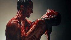 Кървавата баня на съпрузите Адам Ливайн и Бехати Принслу в Animals на Maroon 5