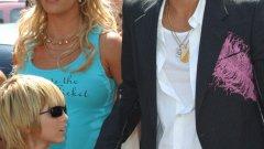 """Кевин Федърлайн (съпруг на Бритни Спиърс)  Ако помните кой е Кевин Федърлайн, тогава неговата """"звездна"""" история ви е ясна. Бритни Спиърс беше една от най-големите музикални икони в началото на 21 век. Тя тръгна с неизвестния танцьор Федърлайн, който след 3 месеца й предложи брак. Макар и да е танцувал за Майкъл Джексън и Destiny's Child, кариерата му беше в упадък. Сега, след развода, Федърлайн получава по 250 000 долара всяка година от Бритни Спиърс и работи като актьор и като модел, но без да се напряга особено."""