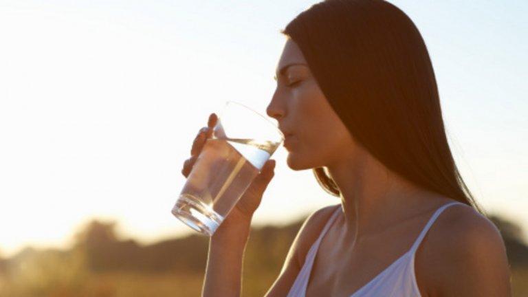 Да, да, всички знаем: Вода, вода и пак вода! Приемането на течности е нещо толкова просто, но сякаш често забравяме за него в горещините. Носете винаги в себе си една пълна бутилка с вода. Нека ви тежи и ви е неудобно! Така ще имате мотивацията да пиете повече и по-често. Хидратацията е особено важна в летните жеги, когато лесно можем да се обезводним.