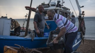 Новата тиха война за риболовните права вкара Париж, Лондон и остров Джърси в сериозно напрежение
