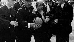 """Рудолф Крейтлейн напуска терена на """"Уембли"""" след кървавия четвъртфинал Англия - Аржентина на Мондиал 1966. Часове по-късно ще се роди идеята за картоните. Вижте в галерията поредните невероятни футболни факти."""