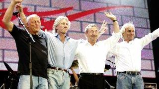 Pink Floyd  Една епохална група с крайно сложна и оплетена съдба и с предани фенове, които едва ли ще спрат да мечтаят за обединение. Тримата живи членове на състава от златните времена на Floyd обаче нямат намерение да се събират, макар че няколко пъти в последните години споделяха една сцена за по някое изпълнение. Дейвид Гилмор и Роджър Уотърс се изпокараха още към края на 70-те. Двамата превъзмогнаха враждата за едно финално шоу на великия състав на Floyd заедно с Ник Мейсън и Рик Райт на концерта Live8 през 2005 г.  Оттогава Уотърс и Гилмор подобриха отношенията си и още два пъти споделиха една сцена, но твърдо изключват възможността за обединение. Кийбордистът Райт почина през 2008 г., а преди две години барабанистът Ник Мейсън създаде своята банда Nick Mason's Saucerful of Secrets, с която свири ранния материал на Floyd. Иначе Дейвид Гилмор обяви края на Pink Floyd през 2014-а, когато излезе финалният албум The Endless River.
