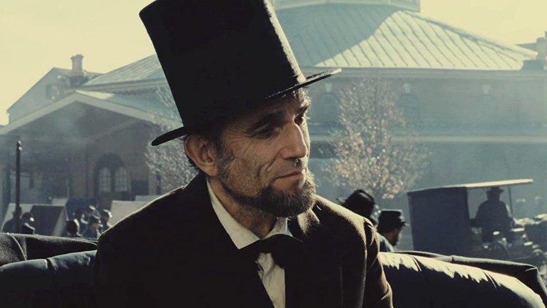 """""""Линкълн"""" Зад екранизацията на част от историята на един от най-великите президенти в американската история, Ейбрахам Линкълн, стои режисьорът Стивън Спилбърг. Той показва периодът през едни от последните месеци на живота му, когато е абсолютно решен да убеди разкъсаното от противоречия правителство да отмени робството. Благодарение на мъдростта и волята си Линкълн успява да го постигне и по този начин да отвори нова страница в световната история."""