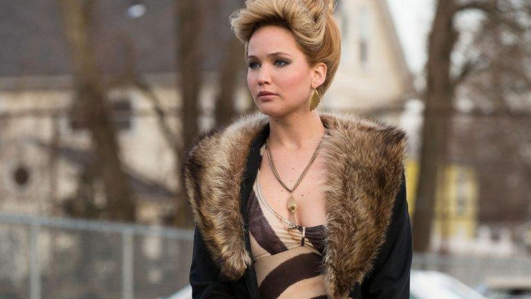 """American Hustle   American Hustle има почти рекордните десет номинации за наградата """"Оскар"""", включително номинация за Дженифър Лорънс за поддържаща женска роля. Все пак тя печели """"Златен глобус"""" в същата категория.   Филмът е базиран на действителен случай за престъпна схема, разкрита от ФБР през 70-те години на миналия век, а атмосферата е повече от достоверна и бляскава. Лорънс е в ролята на непредсказуемата Розалин – съпруга на ловък измамник, принуден да работи със службите (Крисчън Бейл), за да се спаси от затвора. Образът пасва идеално на Дженифър, която изглежда едновременно секси и доста неуравновесена."""