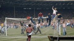 """Англия – Шотландия 1:2, 4 юни 1977 г.   Шотландските запалянковци проявяват небивал интерес към приятелския мач на """"Уембли"""". Заради очакваната инвазия на неприятелски фенове от север, властите в Англия предприемат крути мерки. В деня на мача транспортът от Глазгоу към Лондон е силно ограничен, което не попречва на 30 000 шотландци в карирани полички да се изтърсят на стадиона. Гордън Макуин и Кени Далглиш вкарват два страхотни гола във вратата на Рей Клемънс, а чак към края Мик Ченън връща едно попадение. Въодушевени, ордите шотландски запалянковци нахлуват на терена, натрошават металните греди и изскубват тревата от чимовете. Всеки от тях си отнася поне стрък трева от """"Уембли"""" за спомен от историческата победа. Някой си Джок от Дънди дори се прибира у дома си с мома англичанка, която успява да забърше по някакъв начин на трибуните. Бракът се оказва устойчив, с три деца и седем внуци. Засрамен, мениджърът на Англия Дон Реви подава оставка."""