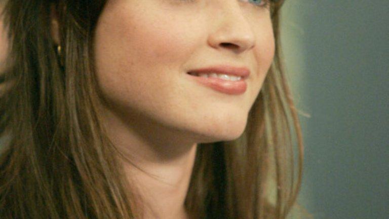 """Алексис Бледел   Тя е Емили от """"Историята на прислужницата"""", претърпяваща всички ужаси, на които е способен антиутопичният Гилаед. Участва и в """"Момчетата от Медисън авеню"""" и """"Момичетата на Гилмор"""", както и в куп други проекти. Алексис доказва талант и гъвкавост, що се отнася до пресъздаването на разнообразни роли - факт, който режисьорите може би не отчитат достатъчно. Това, което ни се иска, е да я гледаме повече на голям екран, защото има какво да покаже."""