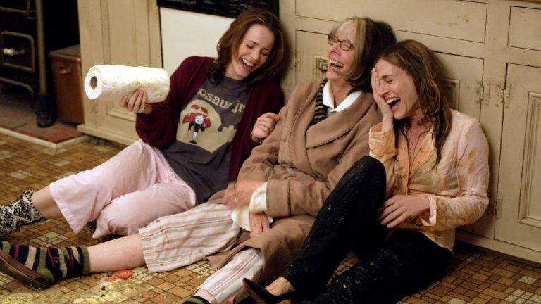"""""""Камъкът на раздора"""" е коледен филм, в който един мъж представя на семейството си любимата си жена. За нея преживяването не може да бъде друго, освен пълен кошмар. Сара Джесика Паркър не е единственото странно име в този филм. В него участват Рейчъл Макадамс, Даян Кийтън, Клеар Дейнс и Пол Шнайдер"""