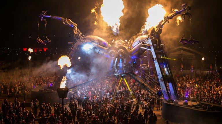 Акробатичното шоу на огромния метален паяк беше сред основните атракции