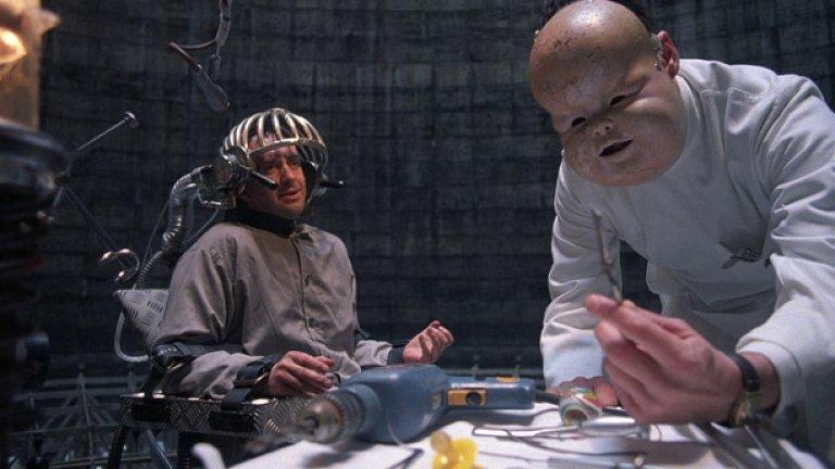 """3.""""Бразилия"""" (1985)  Сам Лаури е държавен служител в суров антиутопичен свят, който има красиви мечти за бягство от технологията и бюрокрацията заедно с жената на живота си. Незабравимата приказка на Тери Гилиъм грабва експертите не с научна достоверност – технологиите тук са абсурдни и комично неефективни – а с дръзката картина, която рисува на бъдещето.  """"Гледах """"Бразилия"""" и бях шокиран"""", разказва нюйоркският професор Мичъл Джоаким. """"Той е мечтателен и пълен с ирония към едно технологично общество, отишло по дяволите. Но посланието е за общия човешки стремеж към намирането на по-добро място"""". Драматичните пейзажи във филма, проектирани да обезличават отделните хора и да ги карат да се чувстват незначителни, са му повлияли в професионален план: """"Станах архитект, който разработва градове на бъдещето""""."""