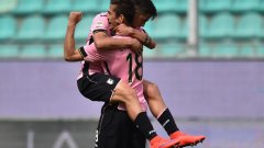 Паоло Дибала се хвърля на врата на Ивайло Чочев след първия му гол срещу Дженоа.