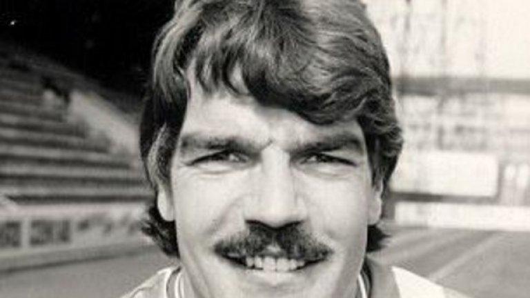 Игра и един сезон с екипа на Хъдърсфийлд (1984-85).