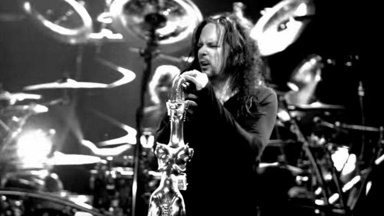 """KoRn feat. Skrillex/Kill the Noise - Narcissistic Animal  През 2011-а ню метъл гигантите от KoRn издадоха десетия си албум """"Path of Totality"""", който най-меко казано е различен - съдържа колаборации с музиканти от електронните стилове Skrillex, Noisia, Excision и други такива имена, които на редовия рок/метъл фен едва ли говорят нещо. По това време dubstep-ът беше в пика си и бандата успя сравнително навреме да се качи на този влак, преди безвъзвратно да е напуснал гарата на масовата популярност. Хубавото е, че резултатът, макар и да не беше """"преобръщащ представи"""", никак не беше лош.  Най-добро впечатление в албума прави вторият сингъл - """"Narcissistic Cannibal"""", в който KoRn си партнират със Skrillex и Kill the Noise. Успехът му се дължи на допирната точка между жанровете - запомнящ се бас, а енергичното парче и до днес намира място в сетлистите на концертите на KoRn."""