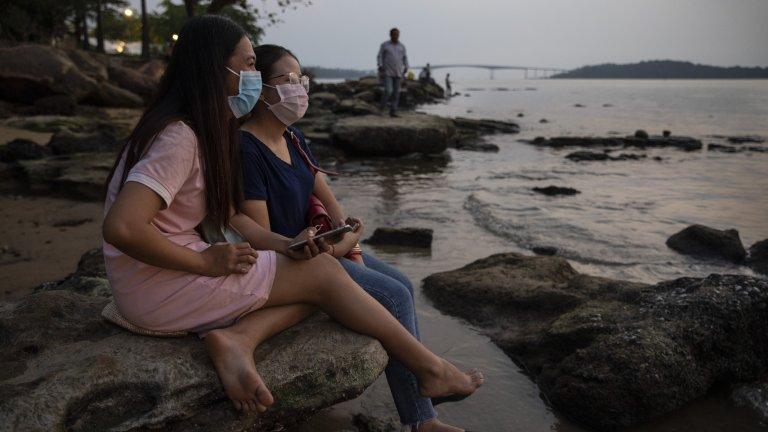 """Жените в Камбоджа протестират срещу нов проектозакон, като качват """"секси снимки"""""""