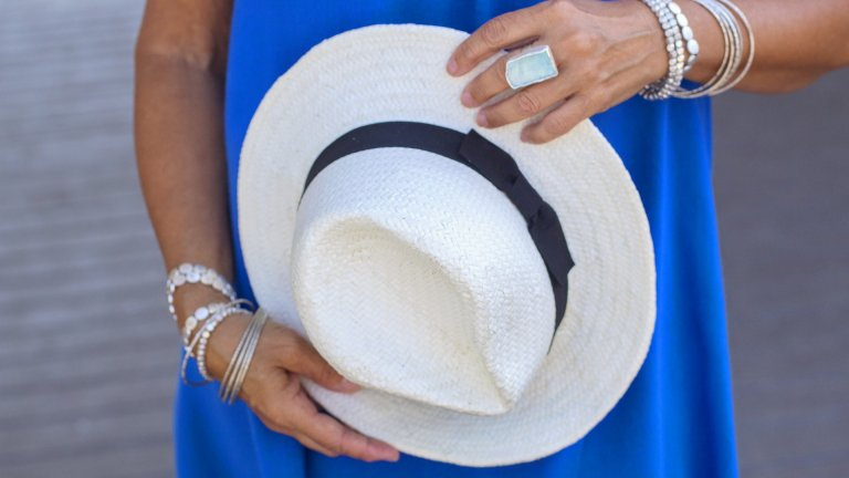 Сламена шапка   Много жени се притесняват да носят сламени шапки извън плажа - струват им се твърде неглиже. Само че сламената шапка в съчетание с правилните аксесоари си е идеалната градска класика, която хем ще ви предпази от слънцето, хем ще придаде завършен вид на облеклото ви. За да докарате бохемски стил, добавете обемни гривни и пръстени, равни сандали, пъстроцветни рокли и поли.