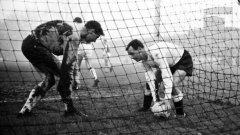 """Греъм Легат от Фулъм (вдясно) бърза да извади топката от вратата на Ипсуич пред вратаря Йън Бейли. Не е ясно защо нападателят е толкова припрян - той вкарва 4 гола в този ден - 26 декември 1963-а, а тимът му съсипва с 10:1 съперника на заснежения """"Крейвън Котидж"""". Велик Боксинг дей в историята на английския футбол носи 66 гола в 10 мача."""