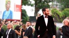 """Джейк Джиленхол беше сред звездите, които преминаха по червения килим по време на Международния филмов фестивал във Венеция, който ще продължи до 12 септември. Той е и сред актьорите в премиерния филм """"Еверест"""", който откри фестивала"""