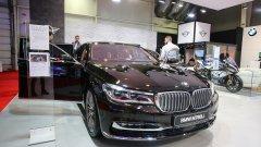 """Новото BMW M760Li Xdrive идва с двигател с работен обем от 6,6 л. с надпис """"M Performance"""". Той развива мощност от 448 кВт и 610 конски сили. Мощният агрегат е с най-модерната технология  M Performance Twin Power Turbo.  Свръхлуксозният автомобил ускорява от 0 до 100 км/ч само за 3,7 секунди и позволява максимална скорост от 250 км/ч. Може да бъде поръчан и с M Driver пакет, при който скоростта скача до 305 км/ч.   M760i е с осемстепенна автоматична скоростна кутия и X-Drive предаване. Това е първият модел от Серия 7, който има V12 мотор. В допълнение автомобилът е с нов дизайн на джантите и променен ауспух."""