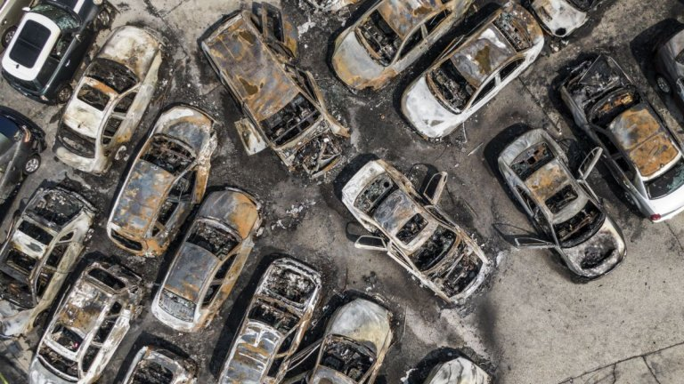 Изпепелени автомобили в Кеноша.