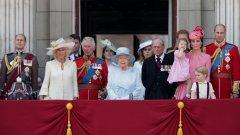 Настроението в страната е мрачно, но Великобритания се изправя решително пред нещастията, каза кралица Елизабет Втора