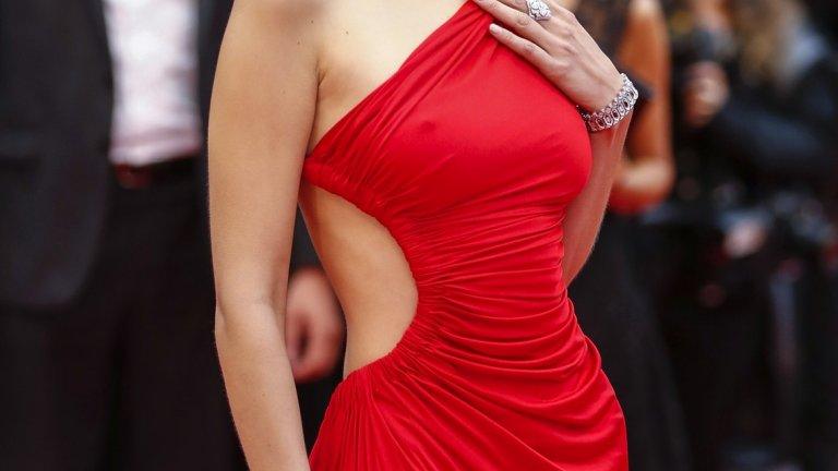Облечената в червено Бела Хадид излъчва както страст, така и строгост.