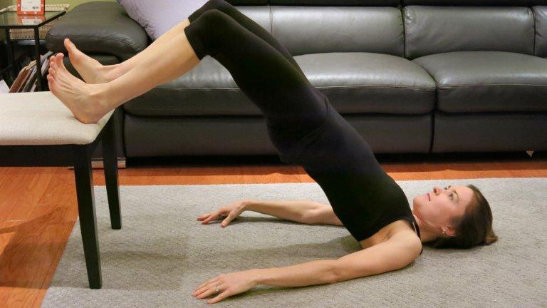 6. Глутеус мост с повдигнати крака По-сложен вариант на Глутеус мост. Разликата е в това, че вместо да поставяте краката на земята, е необходимо те да бъдат повдигнати на висока повърхност. Начин на изпълнение: Легнете по гръб на постелка и поставете краката си на висока повърхност. Повдигнете таза си колкото може по-високо, като балансирате с опънати върху постелката ръце или с ръце под главата (без да упражнявате натиск). Когато достигнете връхна точка, задръжте за една секунда и започнете да спускате таза бавно и контролирано.