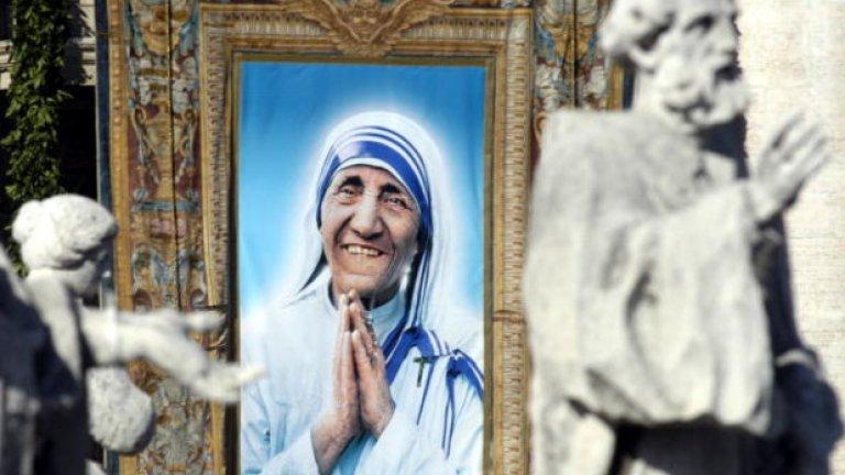 """Десетилетия лицемерие се крият зад миловидната майчица, а доказателствата за нейните злоупотреби упорито се крият от Католическата църква. И все пак дори Ватикана не може да намери второ чудо, извършено от нея, заради което да я канонизира за светица. Първото чудо, заради което тя я обявена за """"блажена"""" е историята, че била изцелила болна от рак индийка"""