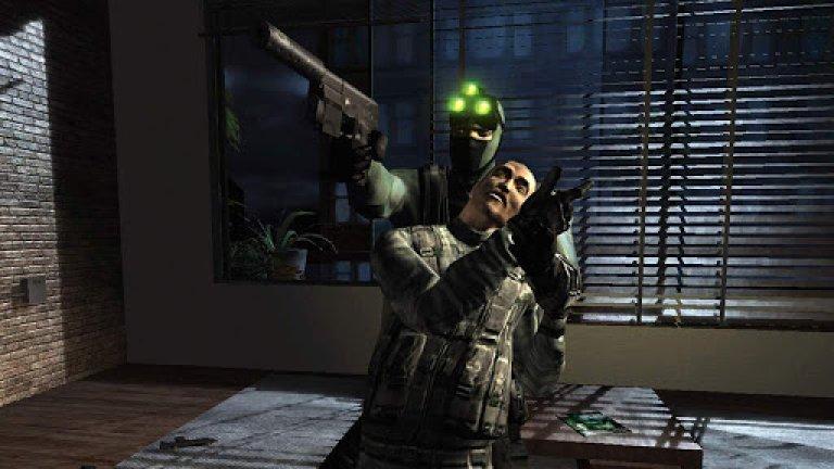 Tom Clancy's Splinter Cell: Pandora Tomorrow  Тайният агент и герой на поредицата Сам Фишър изпълнява обичайна мисия за освобождаване на заложници, когато попада на един доста странен разговор. Скоро избухва и гражданска война, а нелечим вирус започва да покосява случайни хора. Изведнъж и трите събития се оказват свързани – тъй като причинителят на гражданската война държи в себе си един скрит коз, операцията Pandora Tomorrow. От злодея зависи дали човечеството ще бъде покосено от зловеща зараза, в сравнение с която чумните епидемии от Cредните векове са като лека настинка. Всеки ден той трябва да се обажда на телефоните на носителите на биологичните бомби; в противен случай вирусът ще бъде пуснат на свобода.  Тук идвате вие в ролята на суперагента Фишър. Очаква ви характерният за поредицата стелт геймплей, при който предпазливостта, прикриването и търпението водят до по-добри резултати, отколкото откритите престрелки. А залогът е по-висок от всякога.