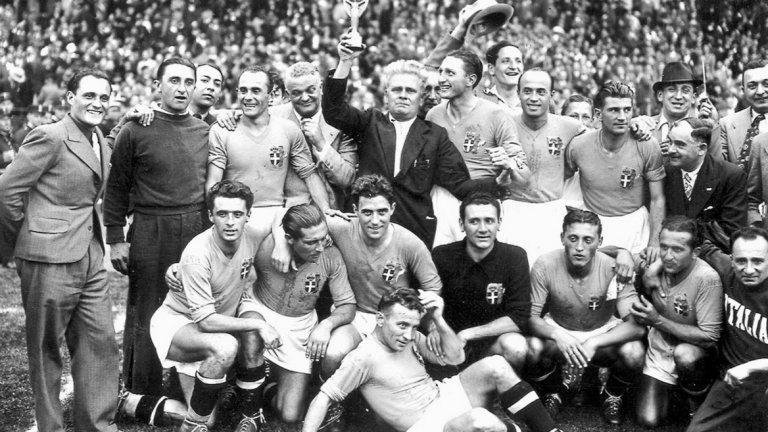 """Изобретението на сеньор Поцо  В Рим ще ви кажат, че футболът е игра за италианци, случайно възникнала в Англия. Докато в Арсенал Чапмън внедрява """"дубълве – ем"""", италианският треньор Виторио Поцо създава не по-малко успешна схема """"дубълве – дубълве"""". Подреждайки играчите във вариант 2-3-2-3, сеньор Поцо постига изключителна здравина в отбрана и много ефектна игра с контраатаки. А националният отбор на Италия става световен шампион през 1934 и 1938 г. Впрочем този вариант се играе и до днес на джагите, където имате двама защитници, петима в средата и трима в нападение."""